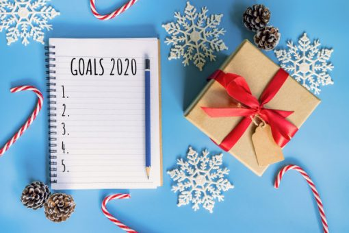 2020-new-year-concept-goals-2020-list-notepad-gift-box-christmas-decoration-blue-pastel-color-with-copy-space_1627-4129